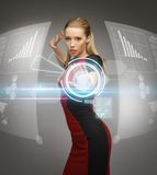 Kvinna som arbetar med faktiska pekskärmar Arkivfoton