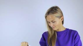 Kvinna som arbetar med minnestavlan lager videofilmer