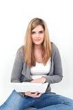 Kvinna som arbetar på bärbara datorn, medan sitta på golvet arkivfoto