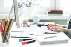 Kvinna som arbetar på datoren arkivfoto