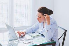 Kvinna som arbetar på datoren i modernt kontor royaltyfri bild