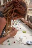 Kvinna som arbetar på elektrisk utrustning Arkivbild