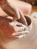 Kvinna som arbetar på ett hjul för keramiker` s Royaltyfri Foto