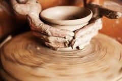 Kvinna som arbetar på ett hjul för keramiker` s Arkivfoto