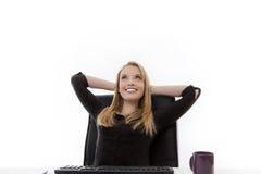 Kvinna som arbetar på hennes skrivbord Arkivbild