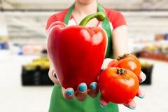 Kvinna som arbetar på livsmedelsbutiken som annonserar produkter arkivfoton