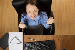 Kvinna som arbetar på skrivbordet som skjutas från över Royaltyfri Fotografi