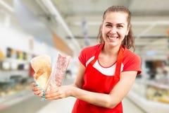 Kvinna som arbetar på supermarket som rymmer djupfryst kött royaltyfri bild