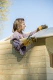 Kvinna som arbetar på taket av trädhuset Arkivbild