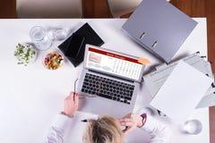 Kvinna som arbetar på webdesign på bärbara datorn från över Arkivbild