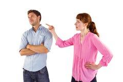 Kvinna som argumenterar med den okänsliga mannen Arkivbilder