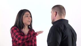 Kvinna som argumenterar med hennes man och ropa close upp långsam rörelse stock video
