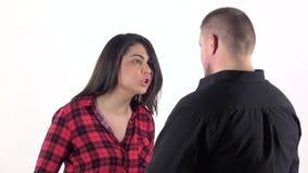 Kvinna som argumenterar med hennes man och vinkar hans armar långsam rörelse lager videofilmer