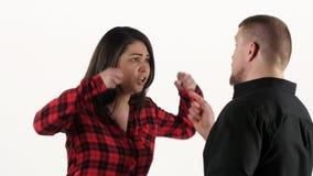 Kvinna som argumenterar med hennes man, ropar och vinkar hans armar vitt arkivfilmer