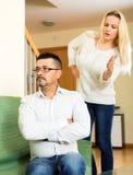 Kvinna som argumenterar med hennes pojkvän Royaltyfri Fotografi