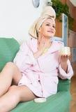 Kvinna som att bry sig för hud på hennes framsida Royaltyfri Fotografi