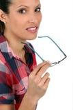 Kvinna som av tar henne exponeringsglas Arkivbild