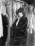 Kvinna som avgör vad för att bära (alla visade personer inte är längre uppehälle, och inget gods finns Leverantörgarantier att de Arkivfoton