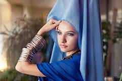 Kvinna som bär östlig kläder royaltyfri bild