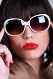 Kvinna som bär överdimensionerad solglasögon Arkivfoton