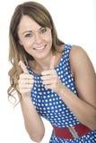 Kvinna som bär den blåa polkan Dot Dress Thumbs Up Royaltyfria Foton
