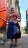 Kvinna som bär den holländska traditionella dräkten arkivbild
