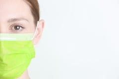 Kvinna som bär den kirurgiska maskeringen Royaltyfri Bild