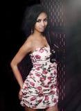 Kvinna som bär den söta sommarblommaklänningen Royaltyfri Bild