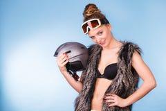 Kvinna som bär den sexiga dräkten för vintersport Arkivfoto