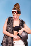 Kvinna som bär den sexiga dräkten för vintersport royaltyfria bilder
