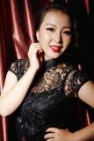 Kvinna som bär den svarta kinesiska traditionella klänningen arkivfoto
