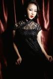 Kvinna som bär den svarta kinesiska traditionella klänningen Royaltyfri Bild