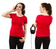 Kvinna som bär den tomma röda skjortan och hörlurar Royaltyfri Foto