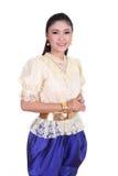 Kvinna som bär den typiska thai klänningen Royaltyfri Bild