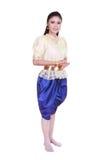 Kvinna som bär den typiska thai klänningen som isoleras på vit bakgrund Royaltyfri Fotografi