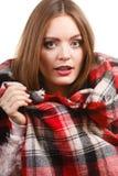 Kvinna som bär den varma halsduken som värme sig upp Arkivfoto