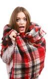 Kvinna som bär den varma halsduken som värme sig upp Arkivfoton