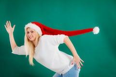 Kvinna som bär den windblown långa jultomtenhatten royaltyfri fotografi