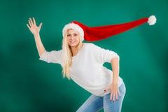 Kvinna som bär den windblown santa hatten royaltyfri bild