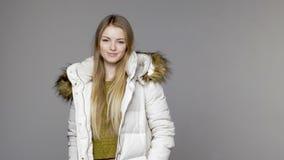 Kvinna som bär det varma vinterlaget lager videofilmer