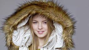Kvinna som bär det varma vinterlaget med pälshuven lager videofilmer