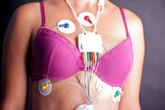 Kvinna som bär en Holter Heart Monitor Arkivbild