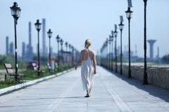 Kvinna som bär en lång sommarklänning Arkivfoton