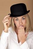 Kvinna som bär en plommonstop Fotografering för Bildbyråer