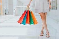 Kvinna som bär färgrika shoppingpåsar Royaltyfri Foto