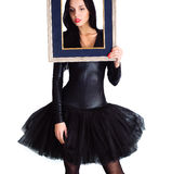 Kvinna som bär i hållande bildram för svart klänning Royaltyfri Bild
