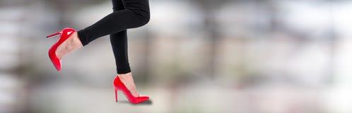 Kvinna som bär röda höga häl arkivbilder