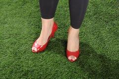 Kvinna som bär röda skor Royaltyfri Bild