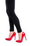 Kvinna som bär röda skor för hög häl Royaltyfri Fotografi