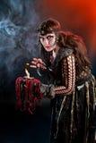 kvinna som bär som   scandinavian häxa. Allhelgonaafton royaltyfri foto